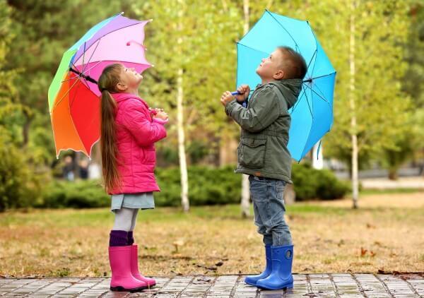 Kinder-bei-Regenwetter-besch-ftigen_ISYbe