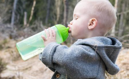 Kleinkind trinkt im Wald aus ISYbe Kindertrinkflasche